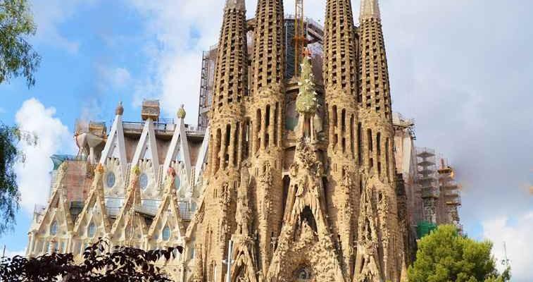 Sagrada Familia Vorderansicht mit Baustelle