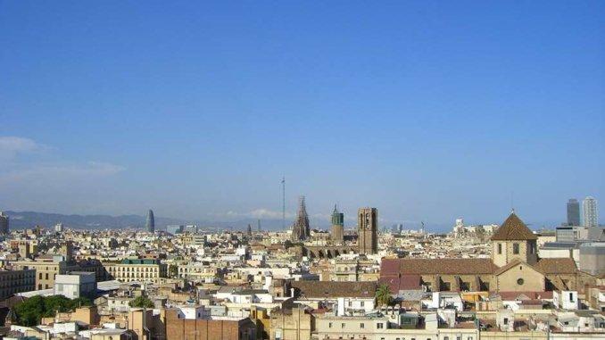 weiter Blick über Barcelona mit Sagrade Familia und Tore Agbar