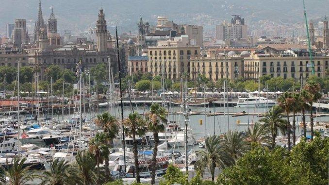 Blick über den Hafen auf die Altstadt von Barcelona