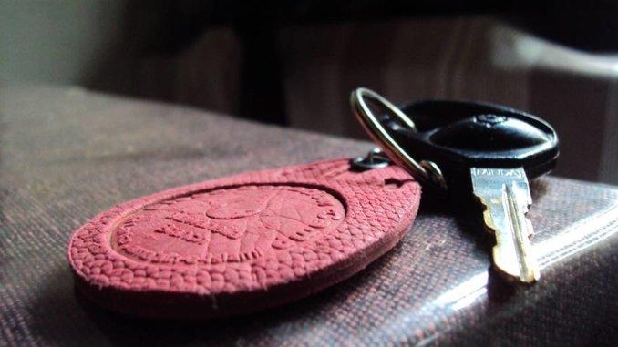 Schwarzer Autoschlüssel mit Rotem Anhänger
