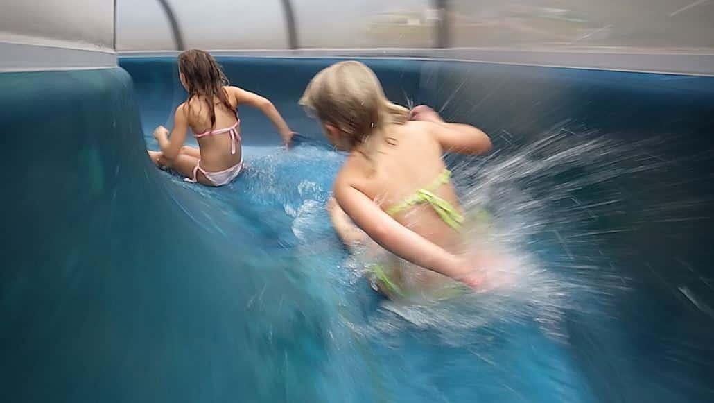 Wasserrutsche mit Kindern