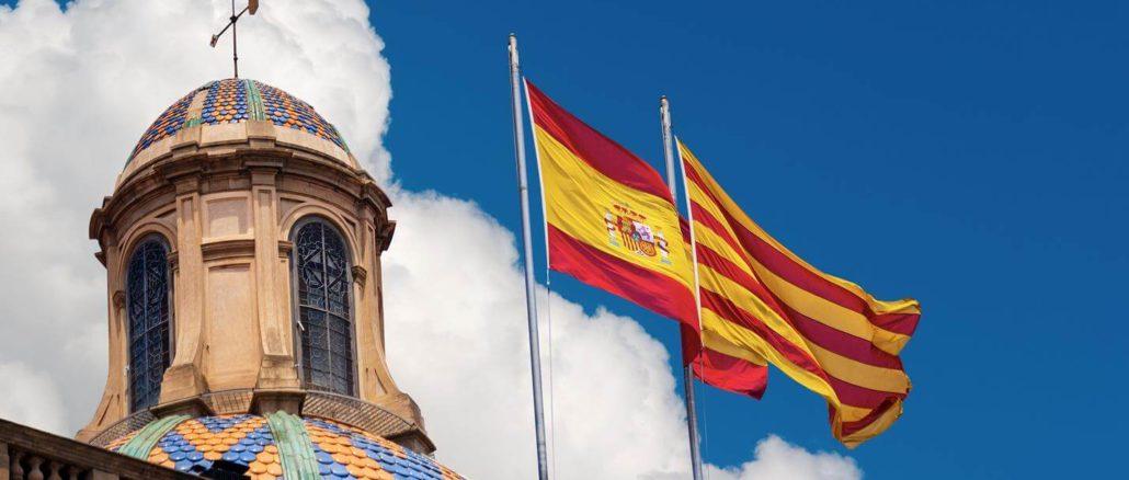 Katalanische und Spanische Flagge auf Gebäude - Top